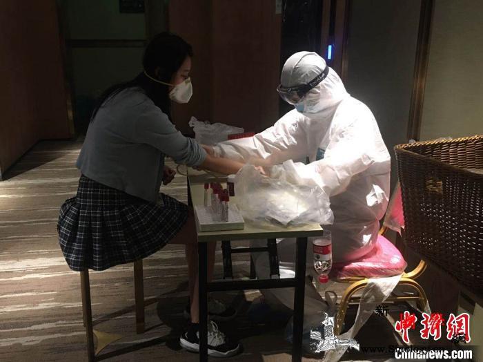 """陕西医护人员为归国人员提供""""暖心""""服_西安-归国-医护人员-"""