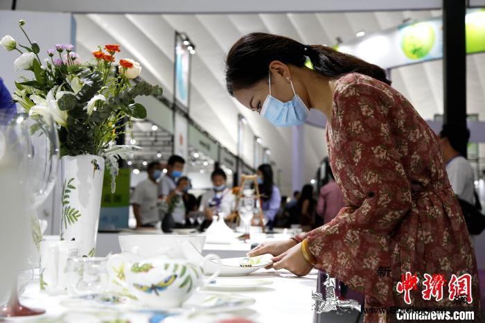 海内外数万件(套)陶瓷精品亮相中国(_淄博-瓷都-参观者-
