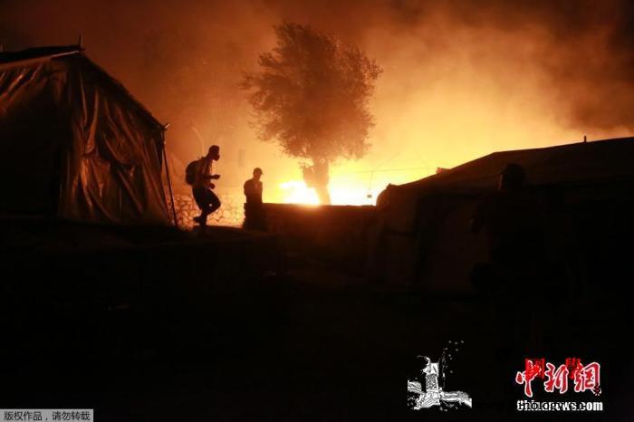 希腊难民营遭烧毁后火灾又起!事发现场_难民营-希腊-难民-