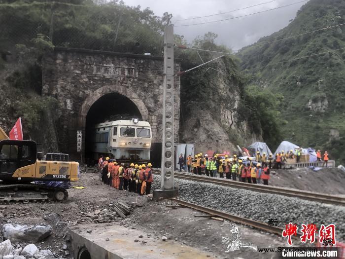 成昆铁路泥石流地质灾害区段顺利抢通_泥石流-灾害-列车-