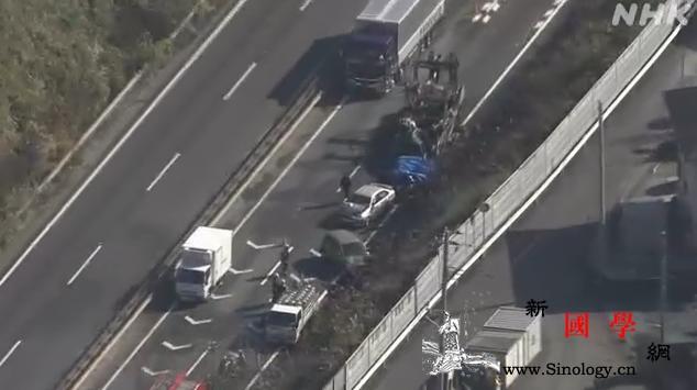 日本静冈县发生一起连环车祸致1人死多_连环-静冈-富士-