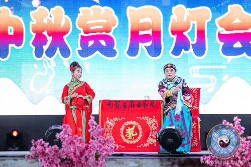 包头南龙王庙曲艺团举行中秋千人赏月晚会