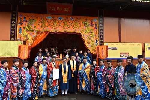 与新加坡韭菜芭城隍庙经师团的道长们合影