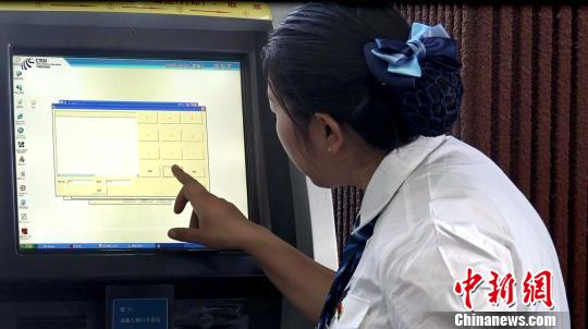 """西藏将于今年11月1日开启新一轮""""冬游西藏""""活动,对活动期间的交通、饮食、住宿等方面的安全工作已做了部署与安排。图为拉萨火车站工作人员调试订票设施。 贡桑拉姆 摄"""
