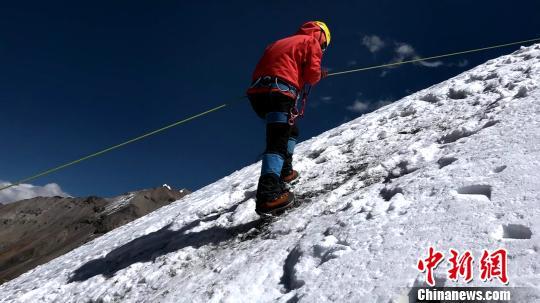 """西藏将于今年11月1日开启新一轮""""冬游西藏""""活动,攀登雪山受游客青睐。图为游客在西藏海拔6010米的洛堆峰体验登山。 贡桑拉姆 摄"""