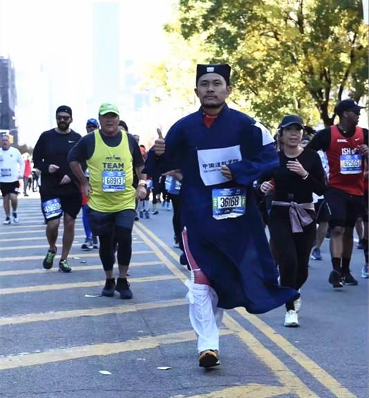 中国道教学院研究生李宁参加纽约马拉松比赛