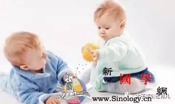父母必知!7-10月龄宝宝的发育及游戏_月龄-还会-用手-个月-