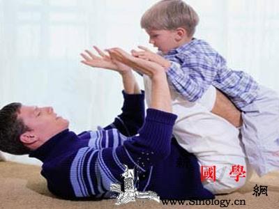 2个月幼儿的早教游戏有哪些内容_勺子-婴儿-宝宝-俯卧-