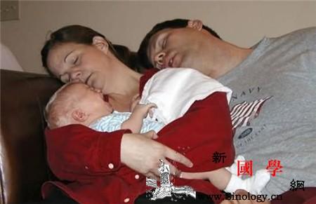 照顾新生儿新手爸妈常犯错误_尿布-爸妈-宝宝-哭闹-