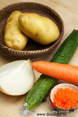 土豆泥的做法_洋葱-胡萝卜-黄瓜-搅拌-