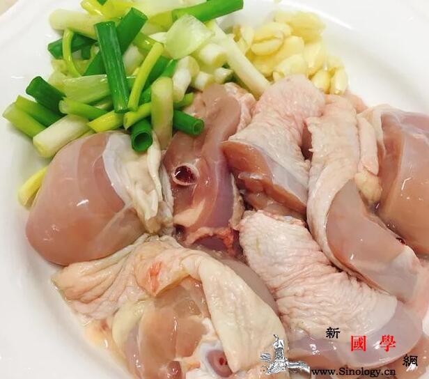 蚝油香菇炒鸡腿肉一锅到底的快手菜_热油-鸡腿-蚝油-蒜头-