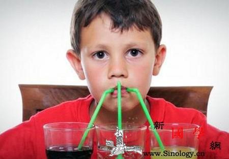 孩子爱喝这种水竟然得病了你家的还在喝么?_肾结石-碳酸-白开水-饮料-