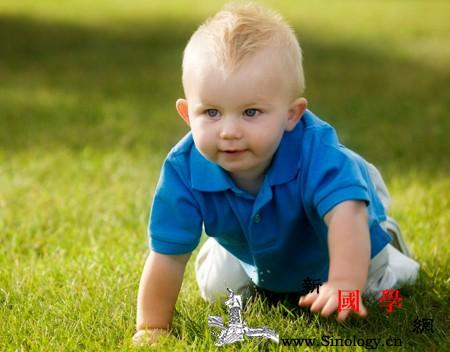 不会爬的宝宝不聪明?如何教宝宝学爬行?_爬行-智商-家长-父母-