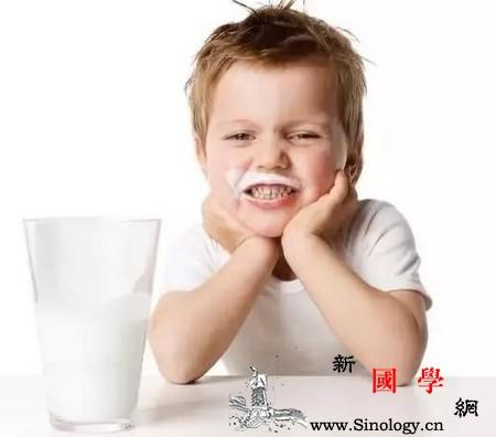 牛奶故意洒一地叛逆期的宝宝这样引导就好了_叛逆-桌上-牛奶-引导-